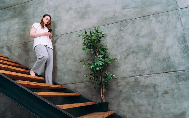Momenti di stile di vita di una giovane donna a casa. donna che trascorre del tempo in appartamento