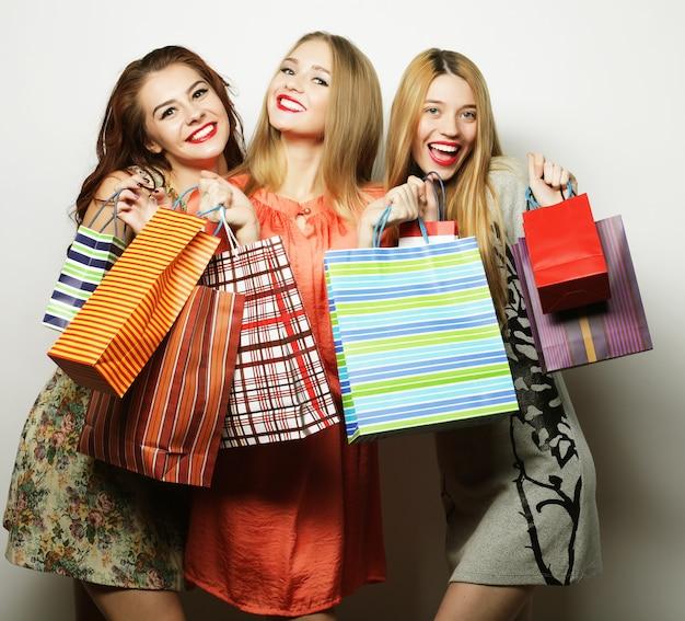 Stile di vita e concetto di persone: belle giovani donne con borse della spesa