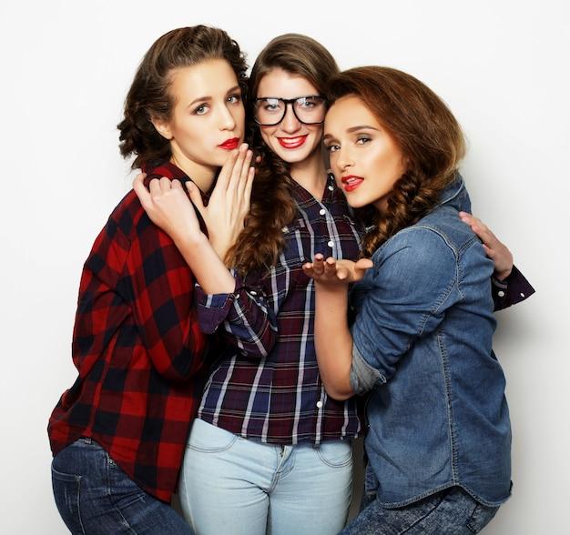 Stile di vita e concetto di persone: ritratto di moda di tre migliori amiche di ragazze sexy alla moda, su sfondo bianco tempo felice per il divertimento.
