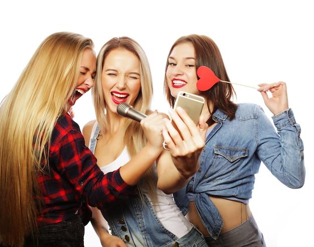 Stile di vita e concetto di persone: ragazze divertenti, pronte per la festa, selfie