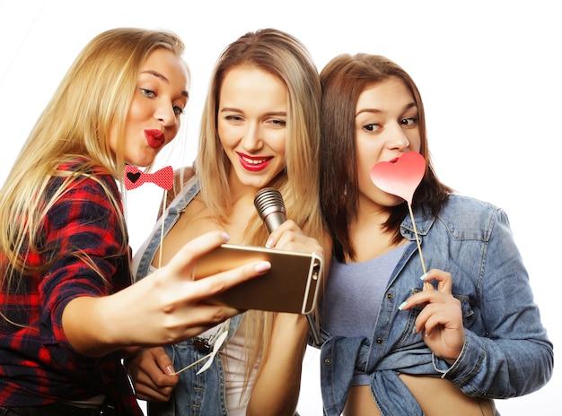 Stile di vita e concetto di persone: ragazze divertenti, pronte per la festa, selfie Foto Premium