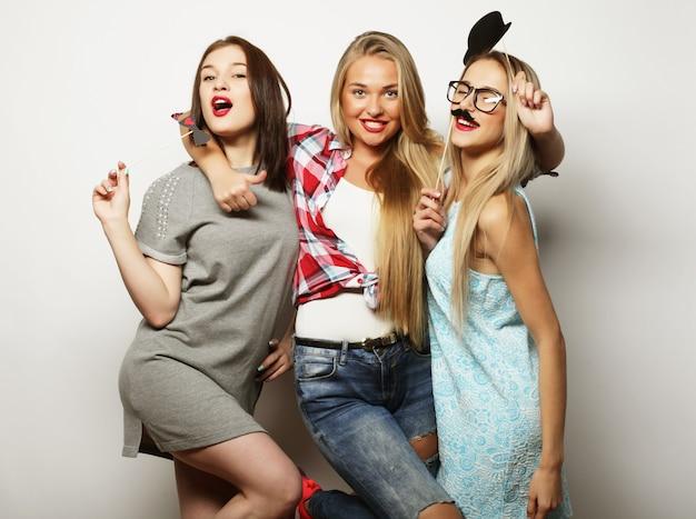 Stile di vita e concetto di persone: le migliori amiche delle ragazze hipster pronte per la festa Foto Premium