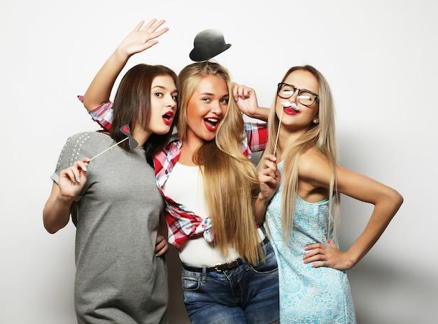 Stile di vita e concetto di persone: le migliori amiche delle ragazze hipster pronte per la festa
