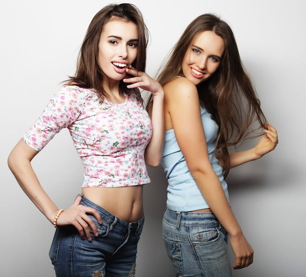 Stile di vita e concetto di persone: due amiche che stanno insieme e si divertono. guardando la fotocamera.