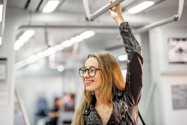 Ritratto di stile di vita di una giovane donna d'affari alla guida del treno moderno