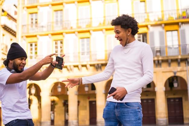 Lifestyle, due amici neri latini molto felici di incontrarsi per strada molto tempo dopo.