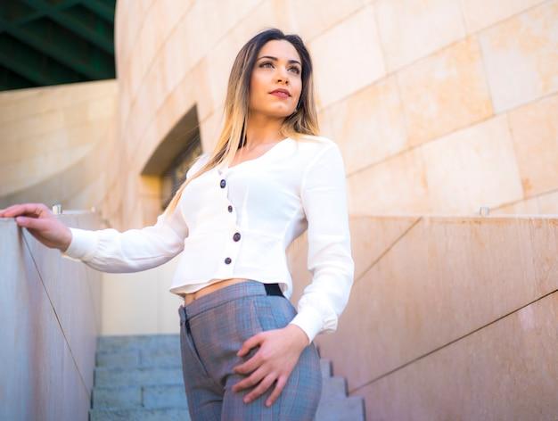 Lifestyle, una giovane bionda caucasica in città in una sessione di street style