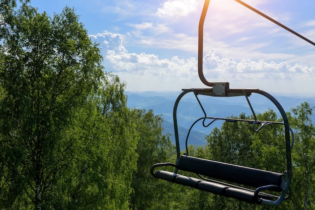 Sollevare sullo sfondo di montagne e verdi colline in giornata di sole estivo
