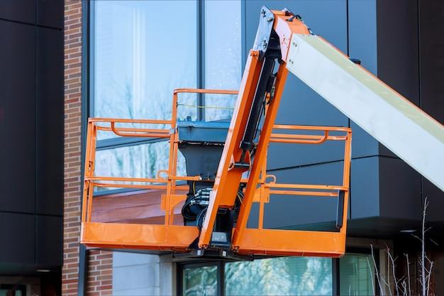 Piattaforma elevatrice con sistema idraulico rialzato per l'industria lavora in alto in una piattaforma elevatrice