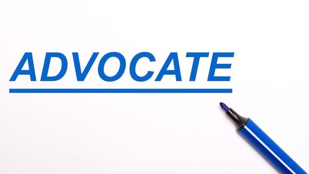 Su uno sfondo chiaro, un pennarello blu aperto e la scritta advocate
