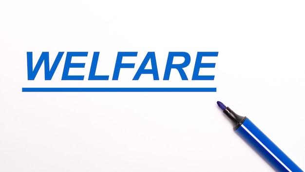 Su uno sfondo chiaro, un pennarello blu aperto e la scritta welfare