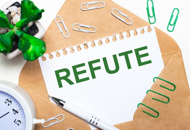 Su uno sfondo chiaro, una busta aperta, una sveglia bianca, una pianta verde, graffette bianche e verdi, una penna bianca e un foglio di carta con la scritta refute