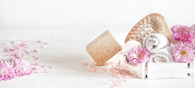 Sfondo chiaro con una serie di prodotti per la cura del corpo. concetto di salute e bellezza.
