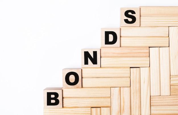 Su uno sfondo chiaro, blocchi di legno e cubi con il testo bonds