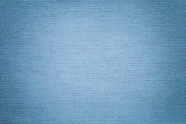 Sfondo azzurro da un materiale tessile. tessuto con trama naturale. scenografia.