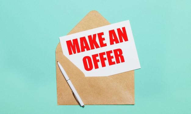 Su uno sfondo azzurro si trova una busta artigianale aperta, una penna bianca e un foglio di carta bianco con il testo fare un'offerta