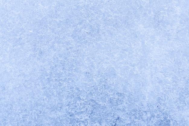 Ghiaccio azzurro sulla superficie del fiume in inverno