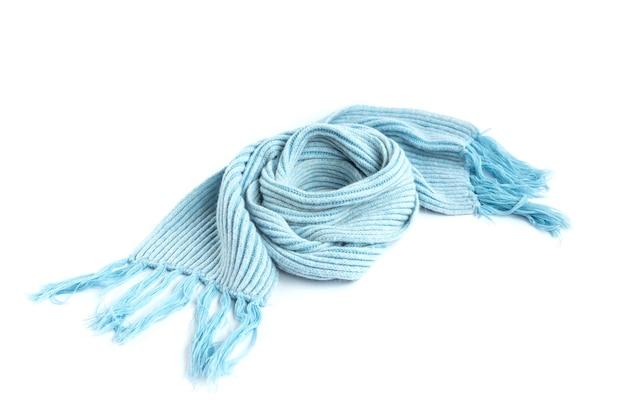 Sciarpa calda lavorata a maglia azzurra isolata su un bianco