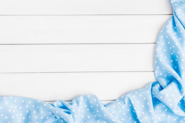 Tovaglia piegata a pois azzurri su un tavolo in legno sbiancato. immagine vista dall'alto. copyspace