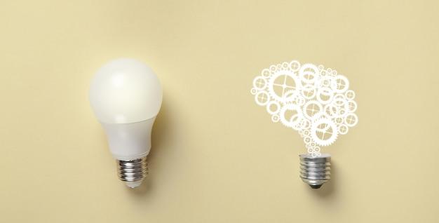 Lampadina e cervello umano su sfondo giallo. idea. brainstorming