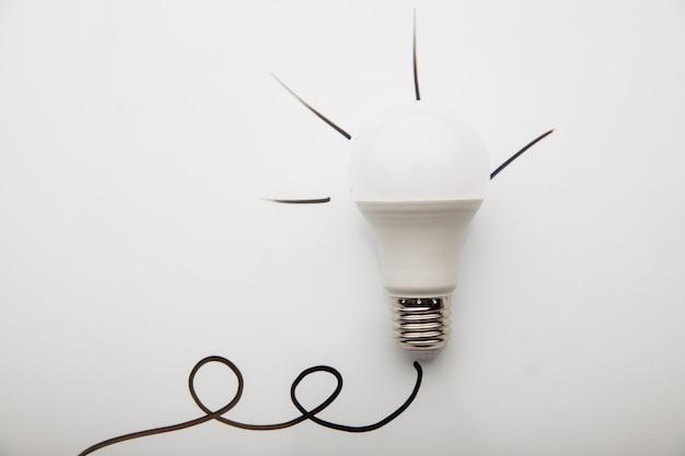 Idea della lampadina su uno sfondo bianco