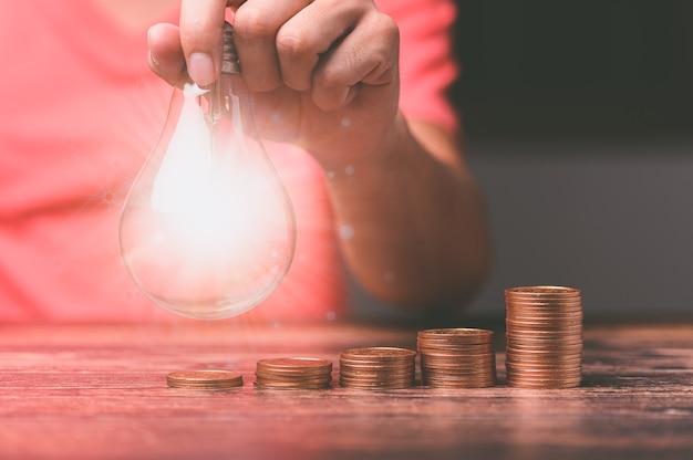 Lampadina e c'è un'icona a forma di ingranaggio azioni per investimenti e crescita del business