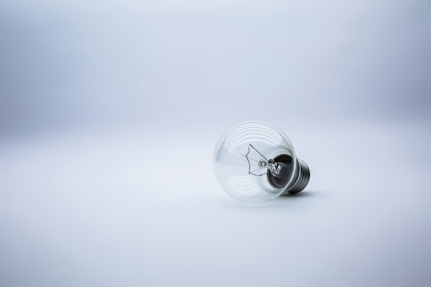 Lampadina su bianco, concetto per l'idea creativa.