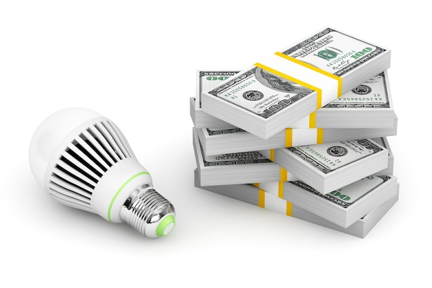 Lampadina con pila di soldi su sfondo bianco