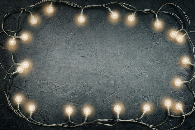 Lampadine su cemento grigio scuro con copia spazio
