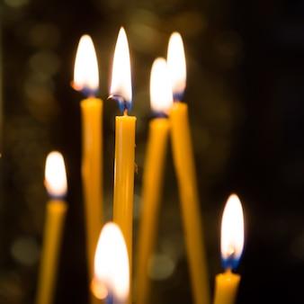 Luce di candele in chiesa con sfondo scuro