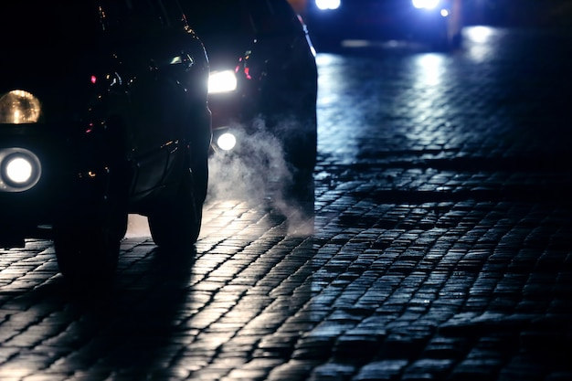 Le auto leggere vanno di notte sul marciapiede