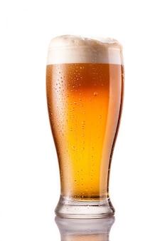 Birra fredda leggera in vetro gelido isolato su bianco