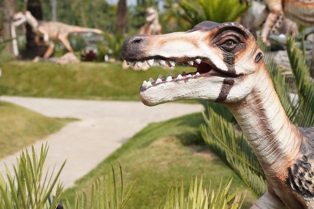 Statua di dinosauro di colore chiaro in giardino. è la provincia di chiangrai, nel nord della thailandia.