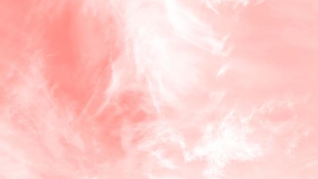 Cielo di colore corallo chiaro con nubi cumuliformi cirro, panorama