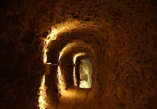 Luce alla fine del tunnel all'interno della città rupestre medievale di vardzia aspindza town georgia