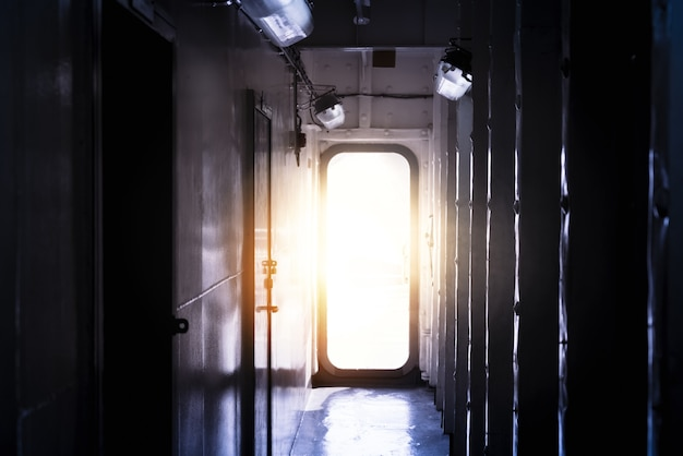 Luce che entra dalla porta aperta in una stanza buia e vuota