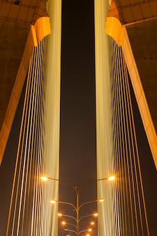 Luce dalla lampada sul ponte.