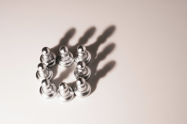 La luce che cresce per pedare gli scacchi genera ombra come una corona