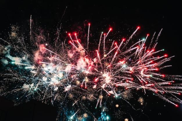 Spettacolo di fuoco notturno sullo sfondo del cielo notturno