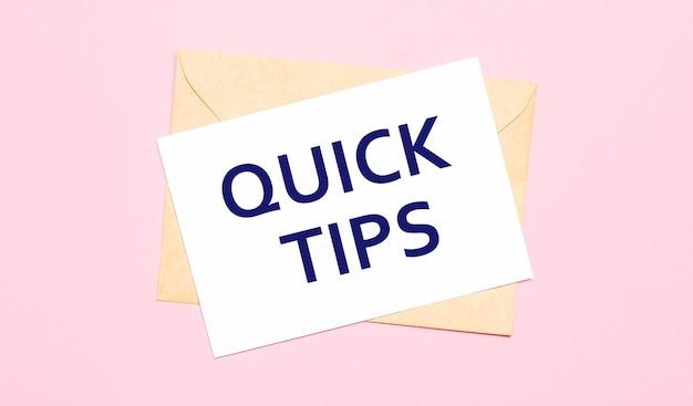 Su uno sfondo rosa chiaro - una busta artigianale. ha un foglio di carta bianco che dice suggerimenti rapidi.
