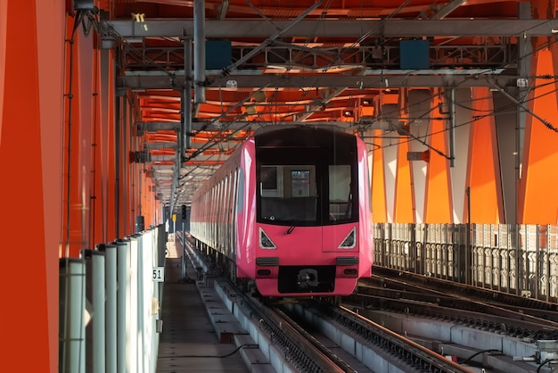 Ferrovia leggera che corre ad alta velocità nel ponte ferroviario, chongqing, cina