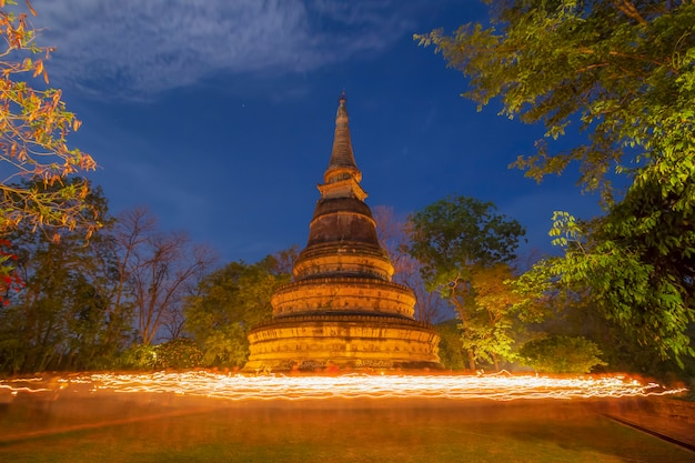 Luce del rituale sulla pagoda di wat umong (buddha park)