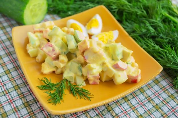 Insalata leggera di cetrioli, polpa di granchio, mais e uova di quaglia con salsa aioli (all-i-oli)