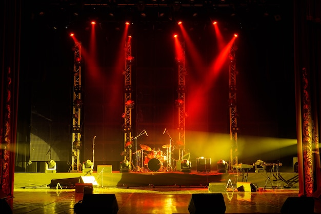 La luce dei riflettori in fumo sul palco del teatro.