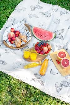 Pranzo al sacco estivo leggero di anguria e frutta in giardino.