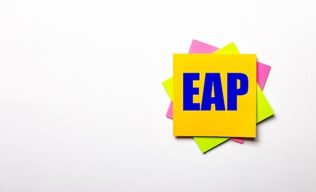 Su una superficie chiara - adesivi multicolori luminosi con il testo eap employee assistance program