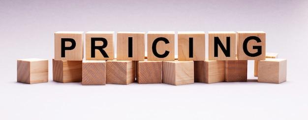 Su una superficie leggera, cubi di legno con la scritta pricing