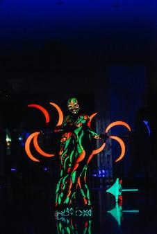 Illumina lo spettacolo di fuoco notturno con la partecipazione del popolo, luce e fuoco aperto