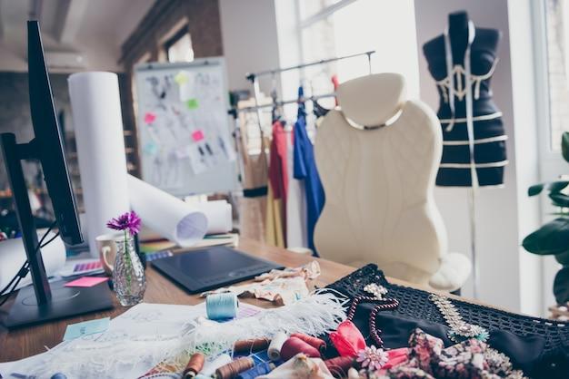 Camera bianca chiara appartamento disordinato appartamento donne ricamate Foto Premium