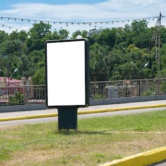 Lightbox sulla strada della città isolata su bianco